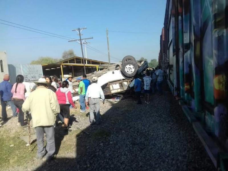 Se lleva el tren camión, hay 9 muertos
