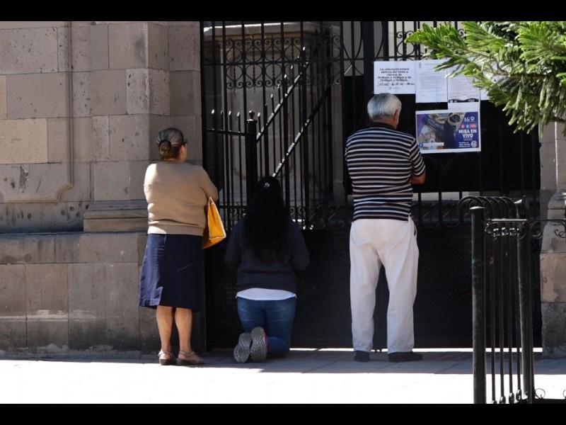 📹Feligreses continúan haciendo oración en la puerta de los templos