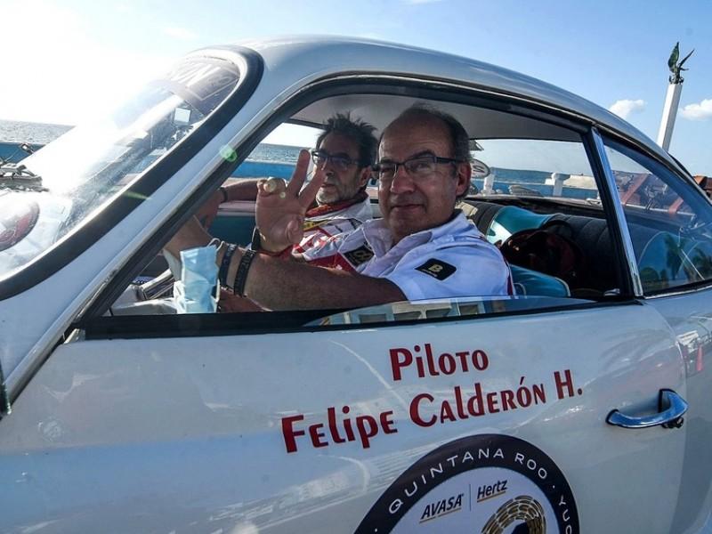 Felipe Calderón participa en un rally maya... en un Porsche