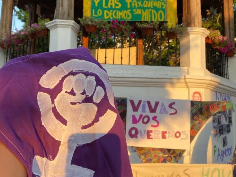 Feministas colocan pancartas contra Félix Salgado, ahora en Taxco