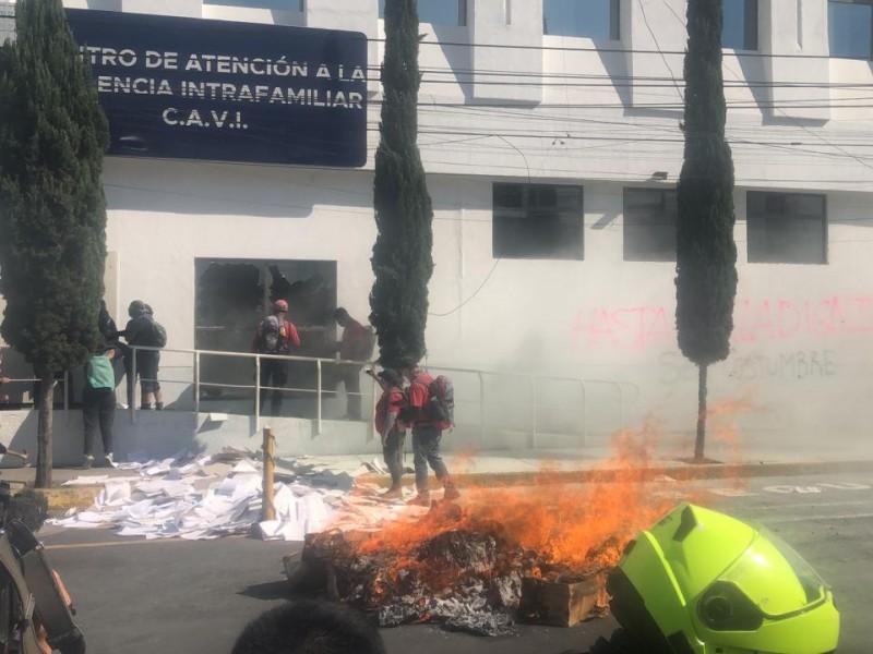 Feministas protestan frente a la FGJ de CDMX