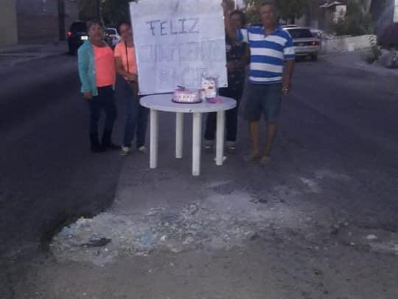 Festejan cumpleaños a un bache en La Paz