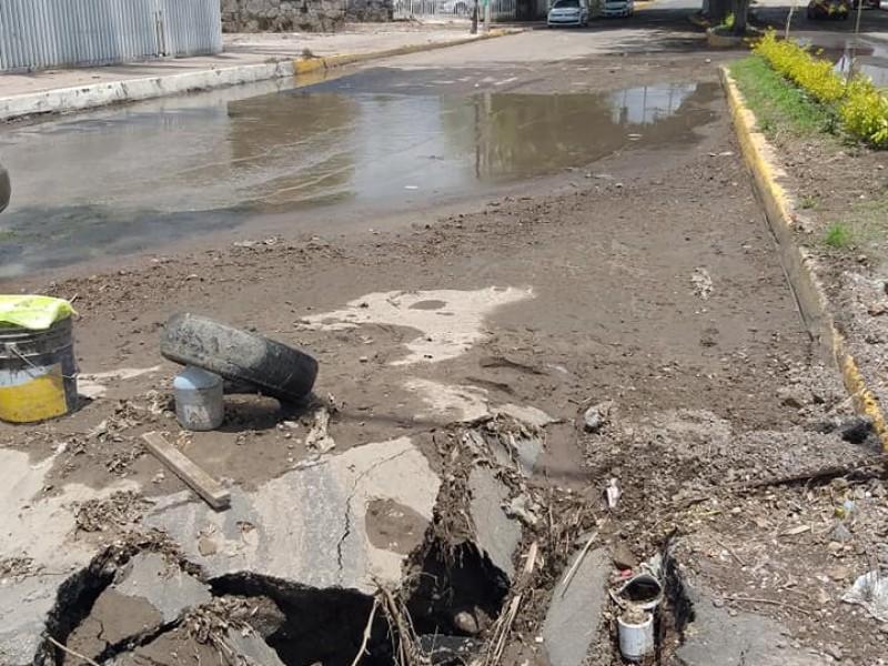 Filtración de agua y acumulación de basura, provocaron socavón