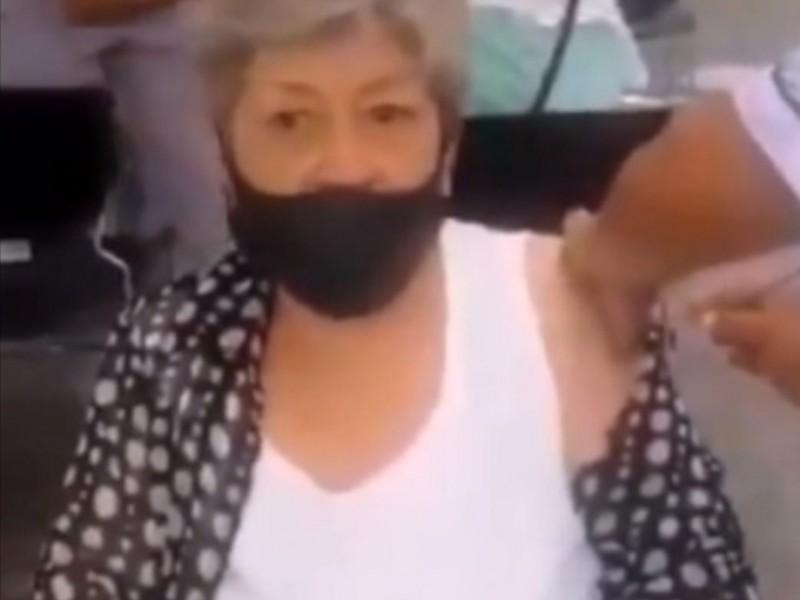 Fingen vacunar contra COVID a abuelita en hospital de Puebla
