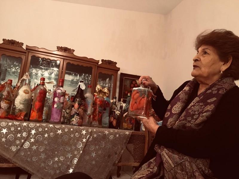 Finita Narcio pinta la navidad en botellas de cristal
