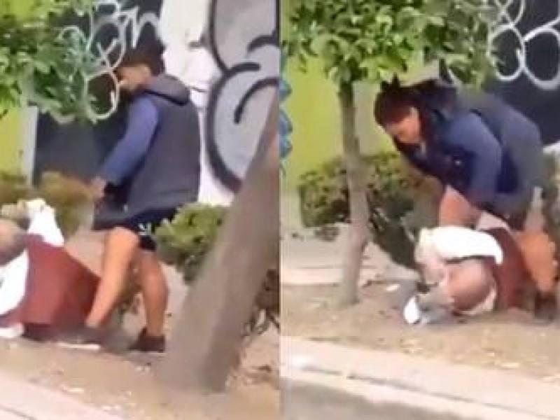 Fiscalía CdMx, investiga a mujer que golpeó a adulto mayor
