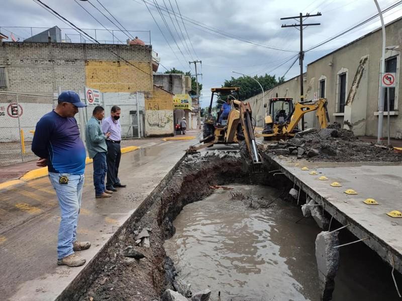 Fractura de tuberías ocasiona socavón en avenida 12 de octubre