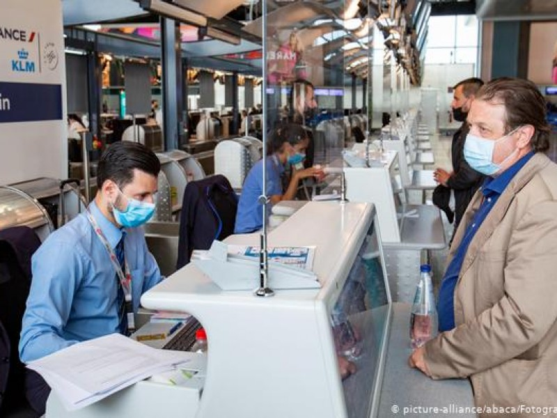 Francia impone prueba PCR a viajeros europeos