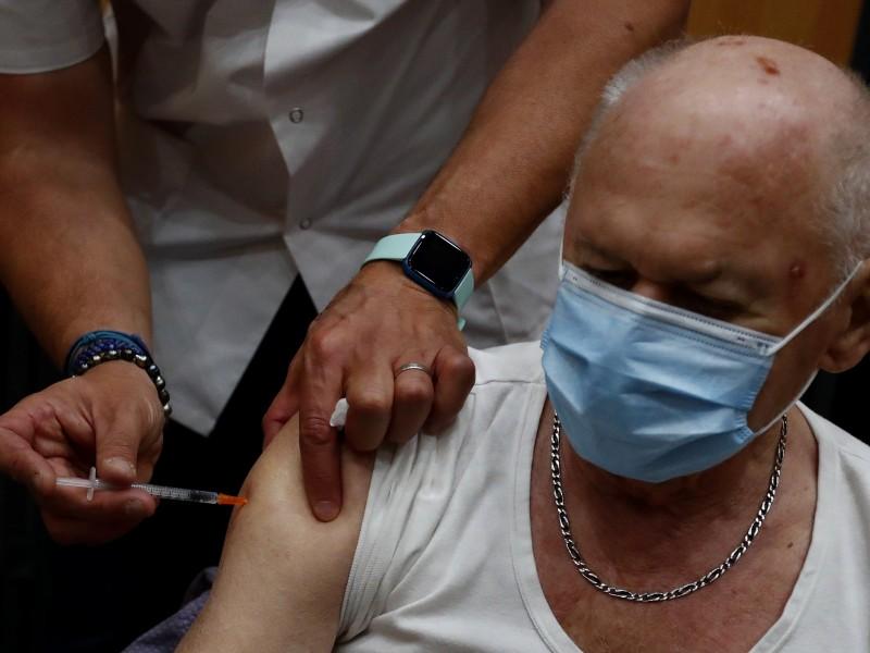 Francia se suma a países que aplicarán tercera dosis anticovid