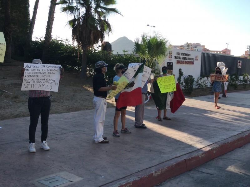 Frente Nacional AntiAMLO se manifiesta durante visita del presidente.