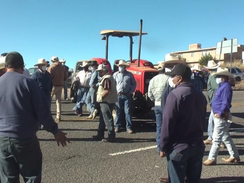 Frijoleros bloquean carretera federal, piden aumento de precio de garantía