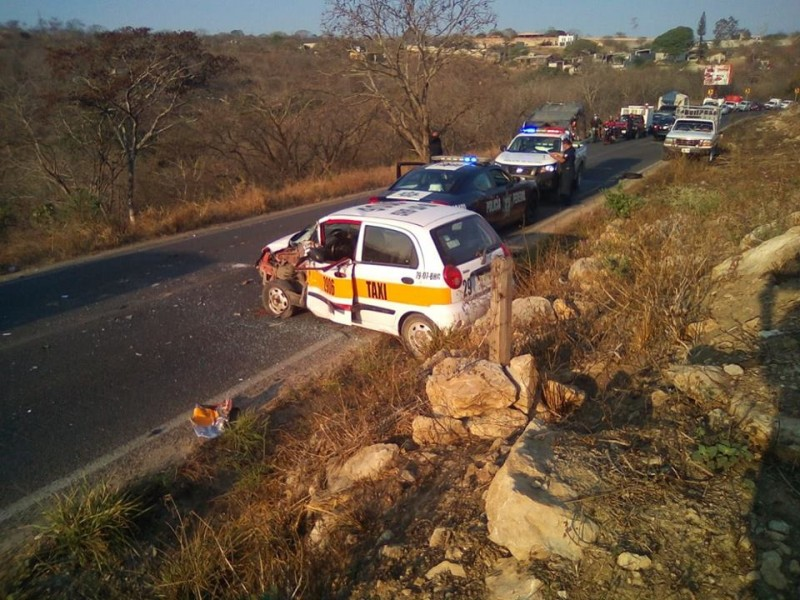 Fuerte accidente carretero deja varios heridos
