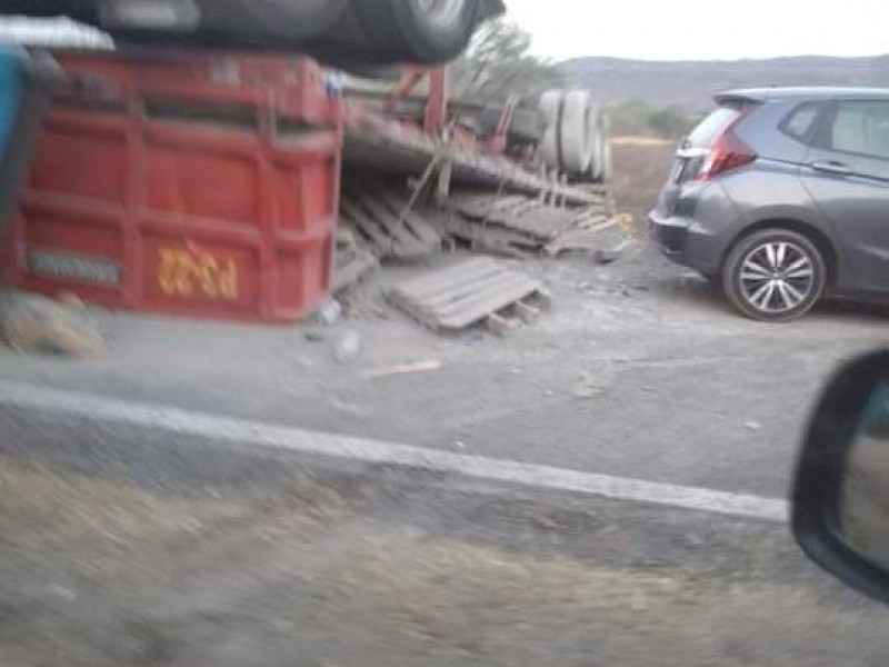 Fuerte accidente en tramo de Las Palomas en la mixteca