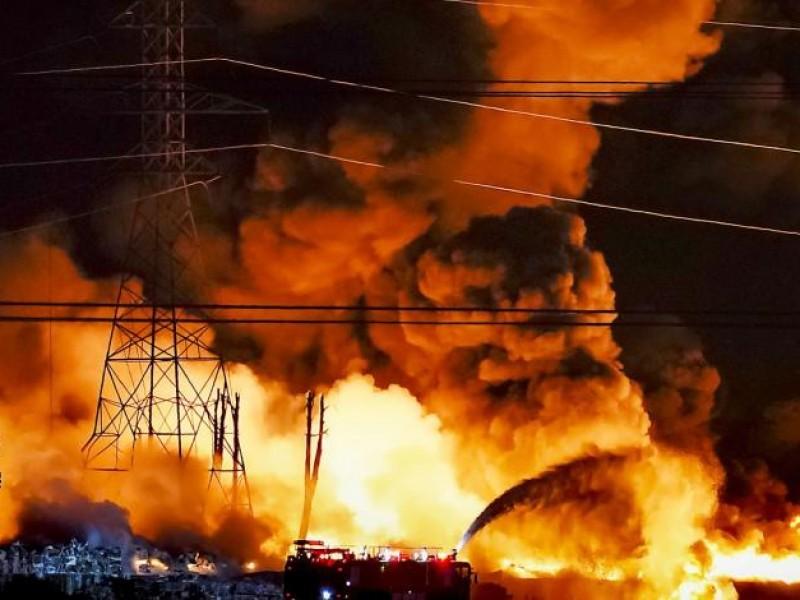 Fuerte incendio afecta fábrica de plásticos en Estados Unidos