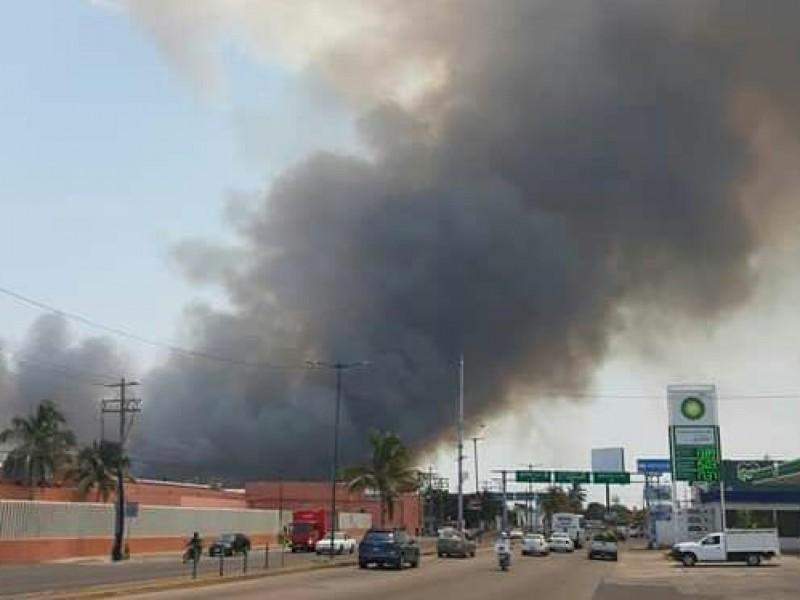 Fuerte incendio de pastizal en Boca del Río