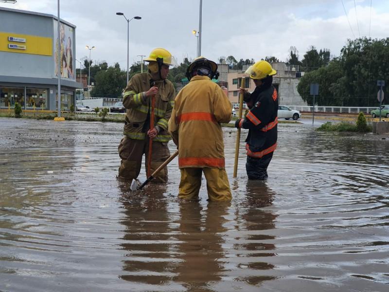 Fuerte lluvia deja encharcamientos e inundaciones en la capital