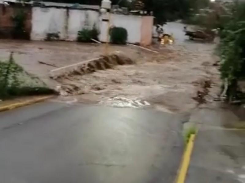 Fuerte lluvia desborda río en Apatzingán