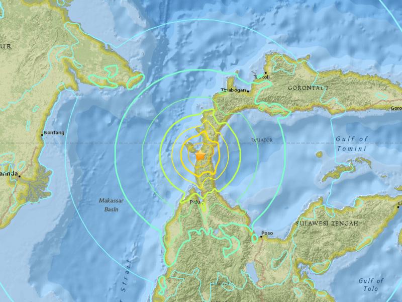 Tsunami golpea a Indonesia tras sismo de 7.5°