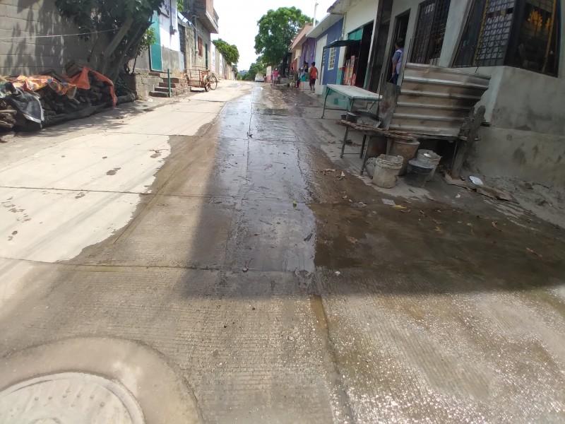 Fuga de agua potable cumple 30 días sin atención; Tehuantepec