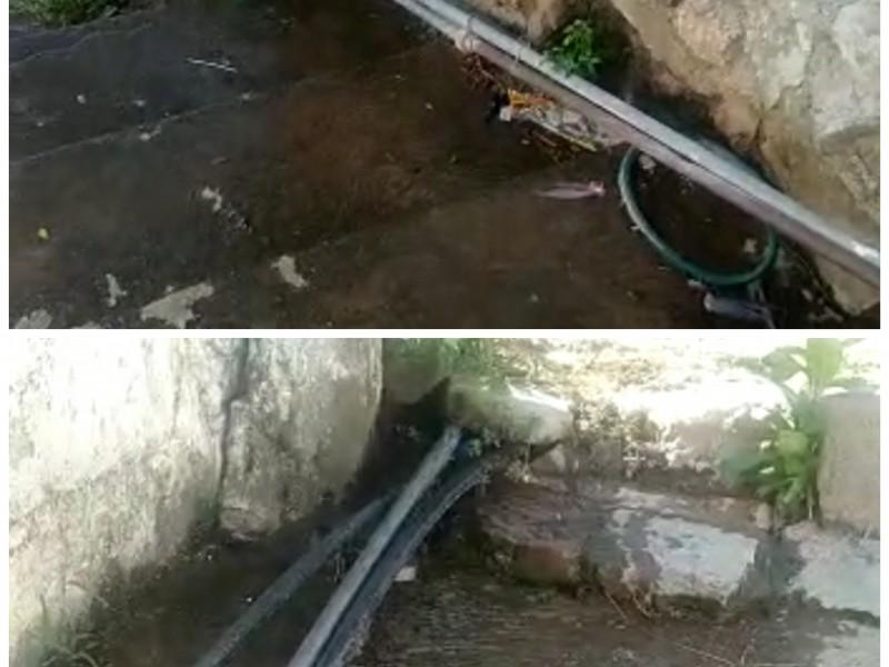 Fuga de agua potable cumple 8 años sin atención; Tehuantepec
