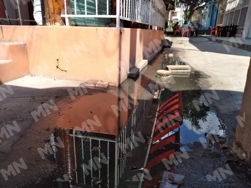Fuga de aguas negras afecta a más de 90 comerciantes