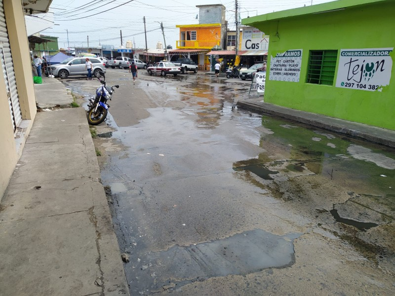Fuga de aguas negras en zona de mercados de Alvarado