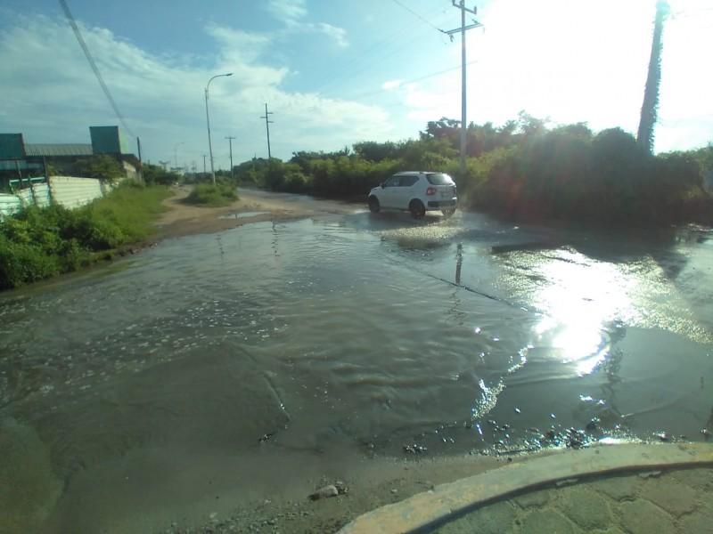 Fuga de aguas negras inunda avenida oleoducto en Salina Cruz