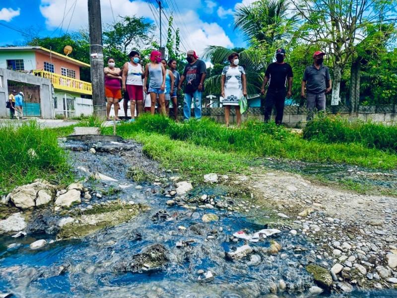 Fuga de aguas negras inunda casas en la Ochoa