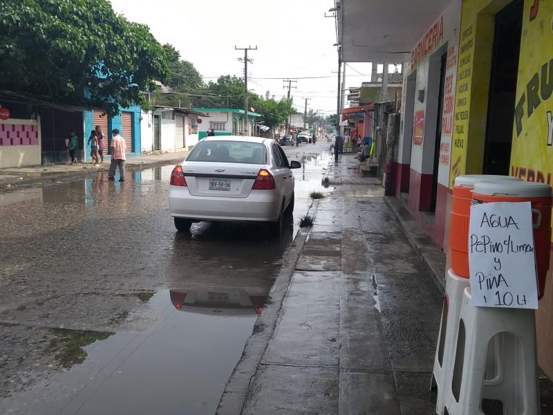 Fuga de drenaje genera mal aspecto a comercios