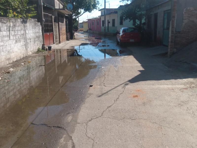Fugas de agua potable ignoradas por autoridades en Tehuantepec
