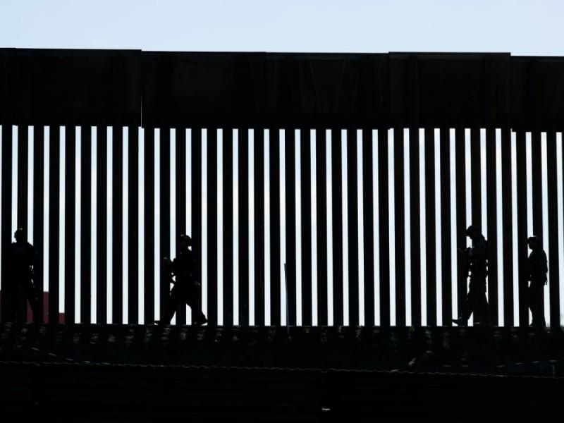 Funcionarios de Biden visitan frontera ante aumento de migración