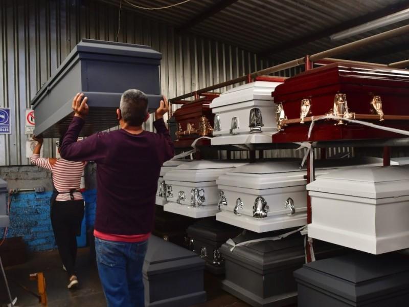 Funerarias aumentan 70% stock de ataúdes por muertes de Covid