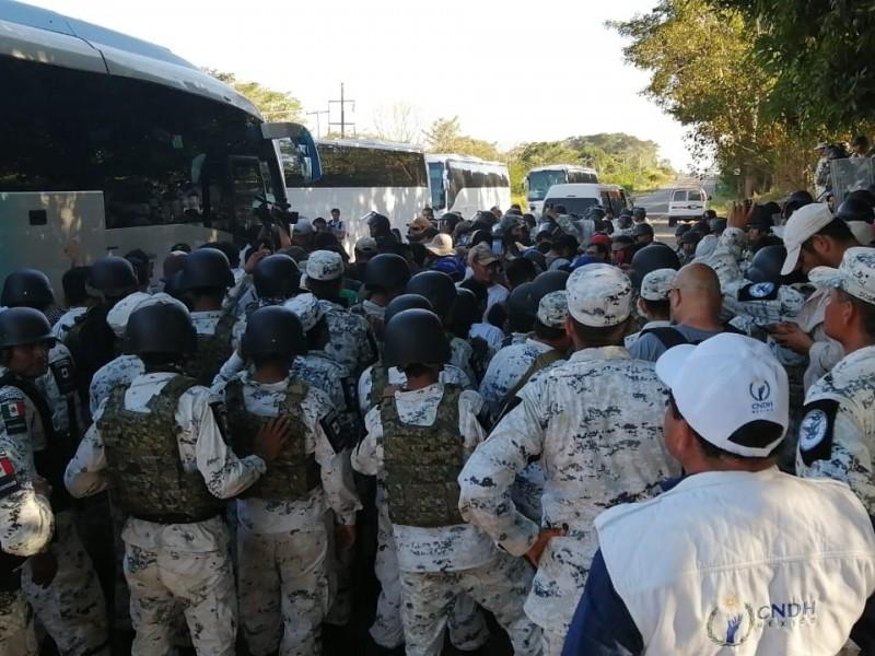 GN frena a golpes a caravana migrante