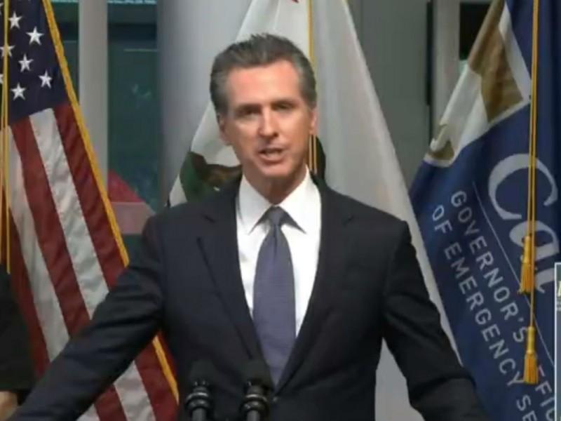 Gobernador de California anuncia toque de queda