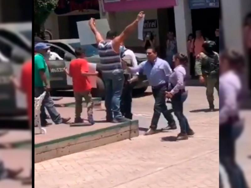 Gobernador de Michoacán encara y empuja a manifestante