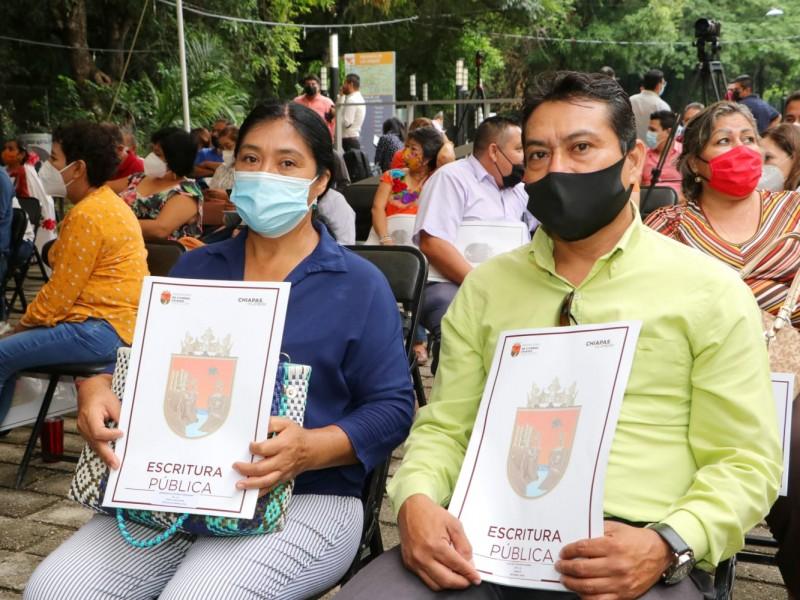 Gobernador entrega 70 escrituras públicas a familias de Tuxtla Gutiérrez