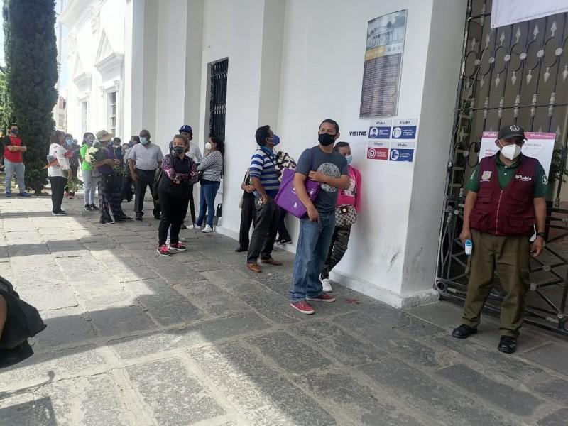 Gran afluencia de visitantes durante apertura de panteones