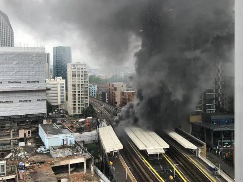Gran explosión seguida de un incendio azota Londres