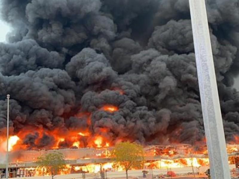 Gran incendio en mercado de Emiratos Árabes Unidos