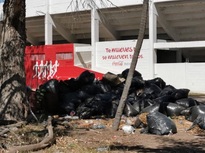 Grandes bolsas de basura sin recoger en Deportiva Aurelio Rodríguez