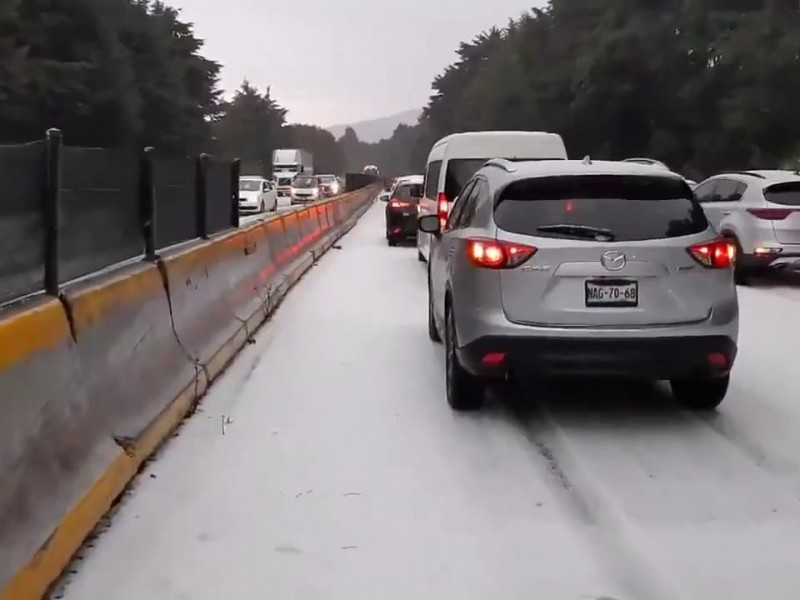 Granizada pintó de blanco autopista México-Cuernavaca