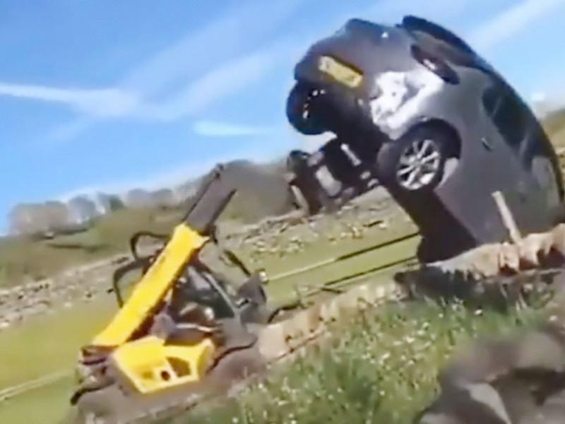Granjero arroja con retroexcavadora un coche que bloqueaba su propiedad