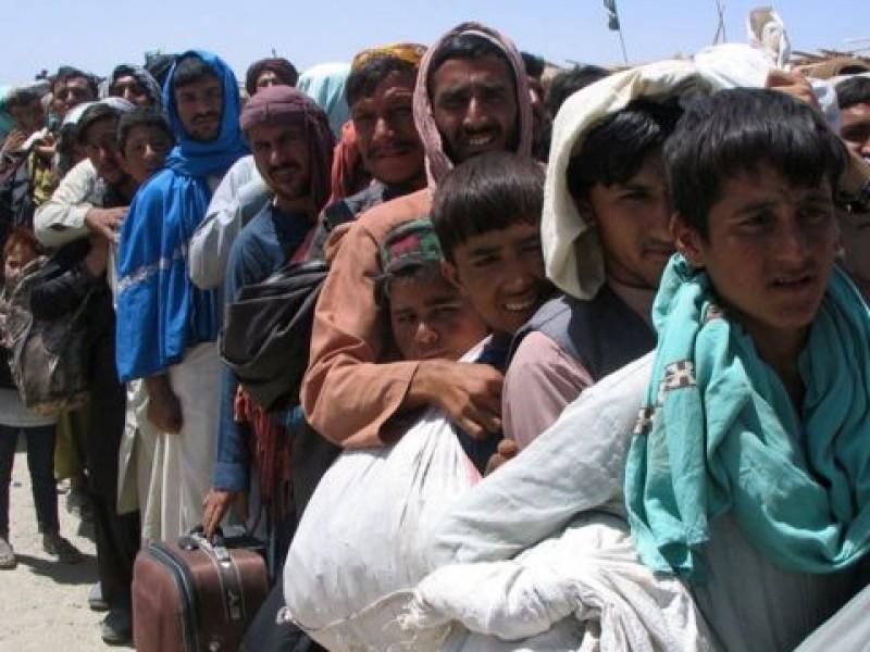 Grecia levanta una valla con púas contra refugiados afganos