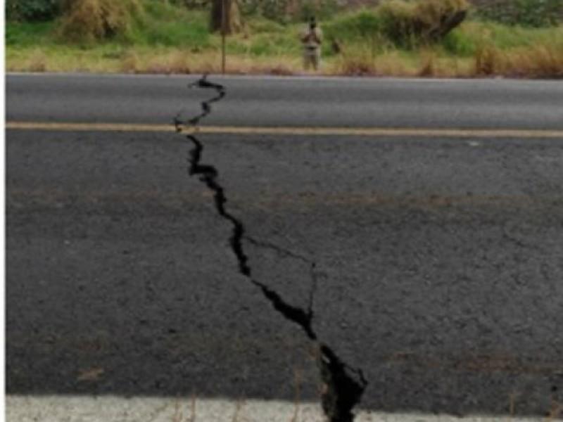 Grietas en carretera de Sayula, de origen geológico