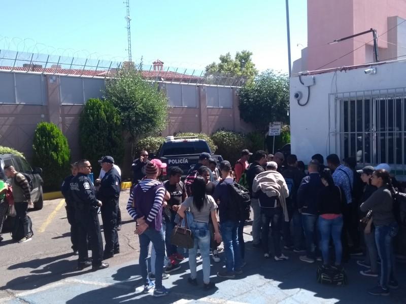 Grupo de cubanos arriba a la frontera