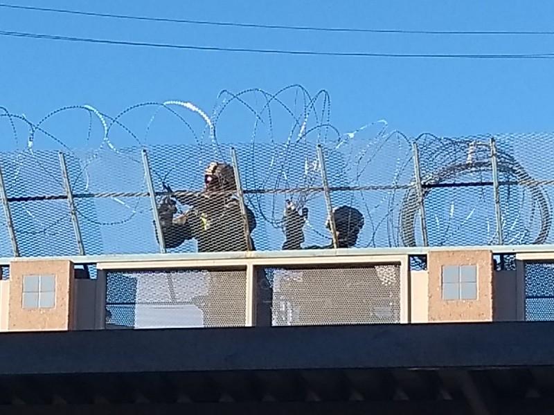 Ejército coloca alambre de púas en muro fronterizo