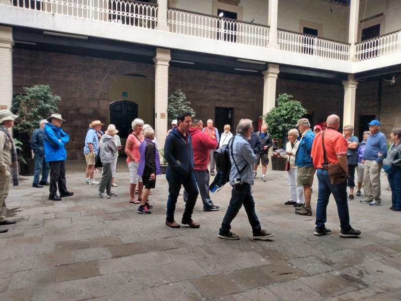 Guías apoyan recorridos de turistas