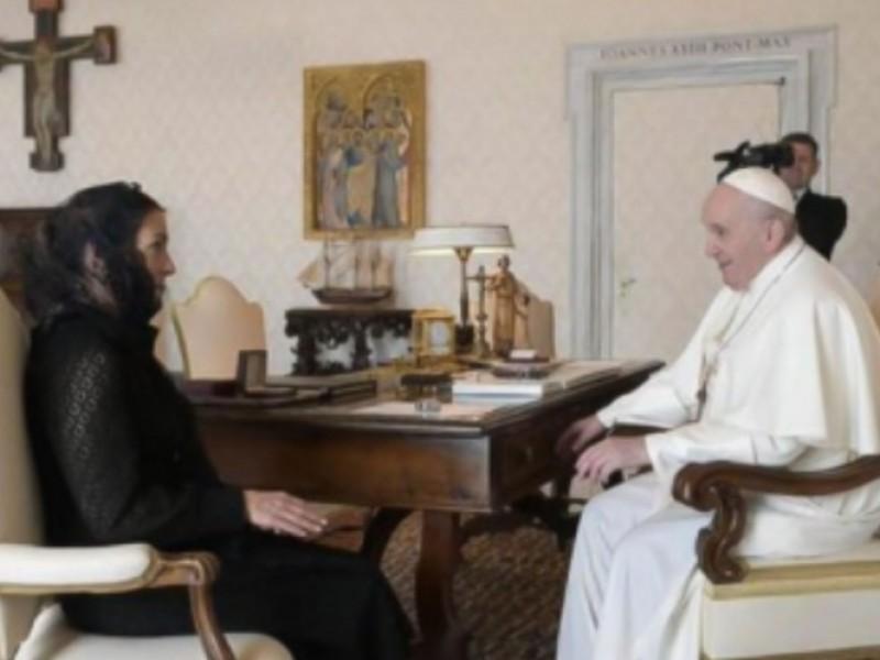 Gutiérrez Müller entrega carta al Papa Francisco