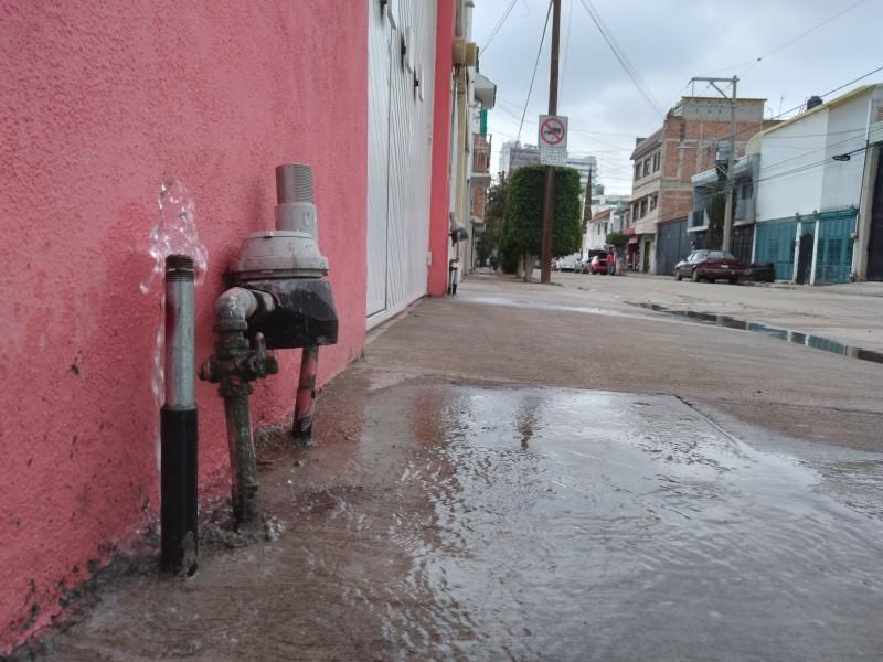 Habitantes de Colonia Las Fuentes reportan aparente fuga de agua