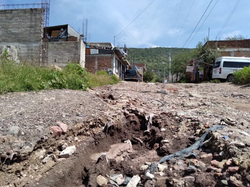 Habitantes de Cuesta del Rocío afectados por zanjas en calles
